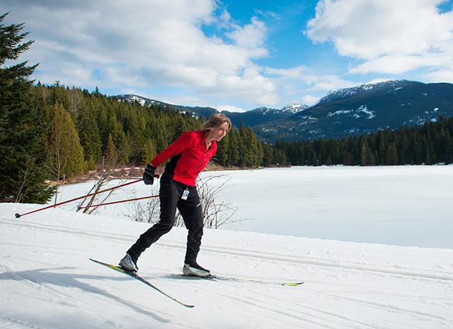Катание на лыжах зимой