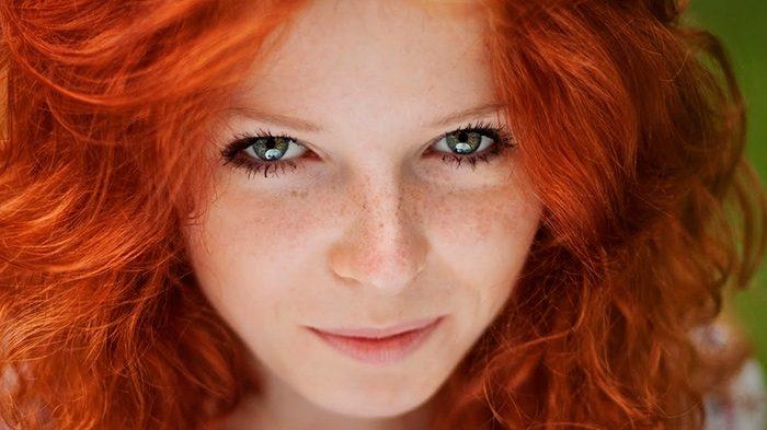 Медно-рыжая девушка