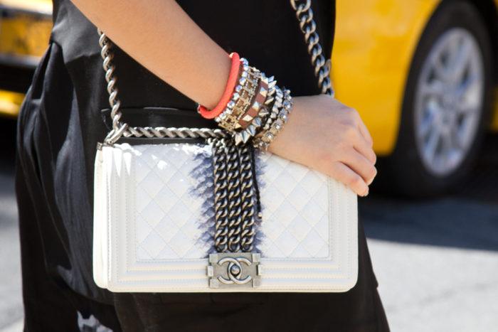 Чистим сумочку из белой кожи своими руками