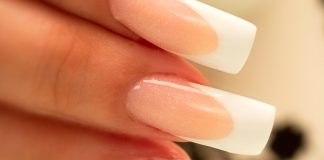 Наращенные ногти у девушки