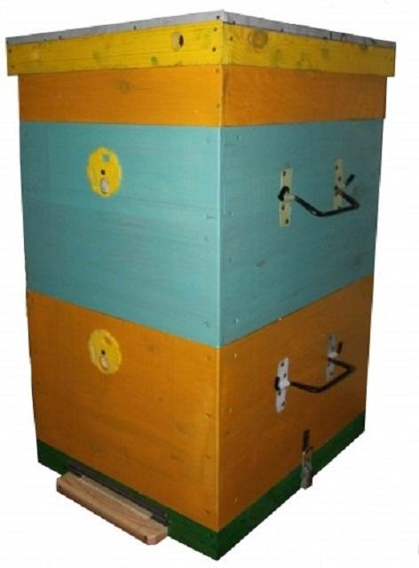 Типичный вид улья Дадана снаружи – за счет чередования цветов окраски хорошо видны гнездовой корпус, магазинная надстройка и подкрышник