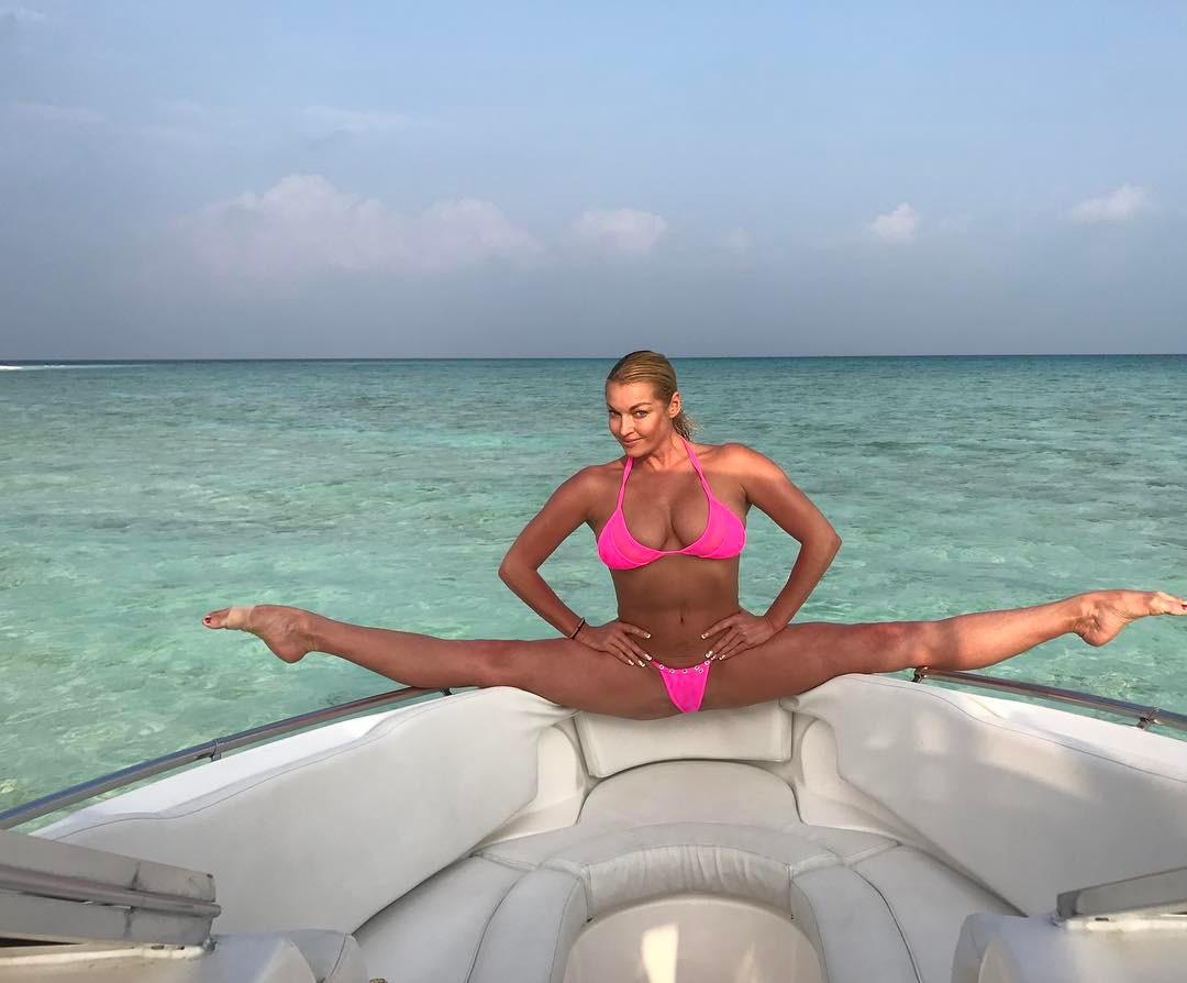 Горячие фото Анастасии Волочковой в купальнике на Мальдивах