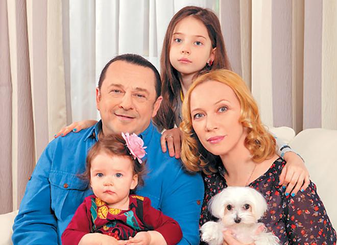 Игорь Саруханов с женой и детьми
