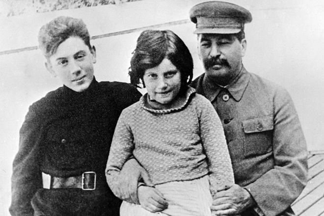 Иосиф Сталин с детьми