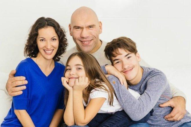 Николай Валуев с семьей