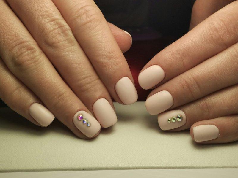 Бежевые матовые ногти со стразами