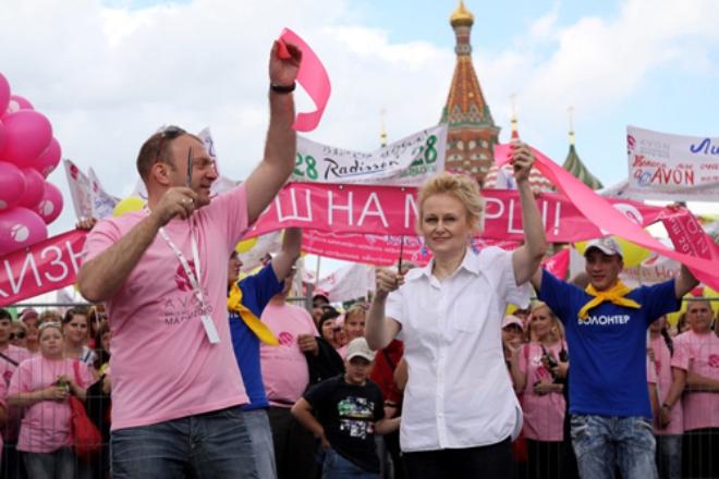 """Дарья Донцова на благотворительном марше """"Вместе против рака груди"""""""