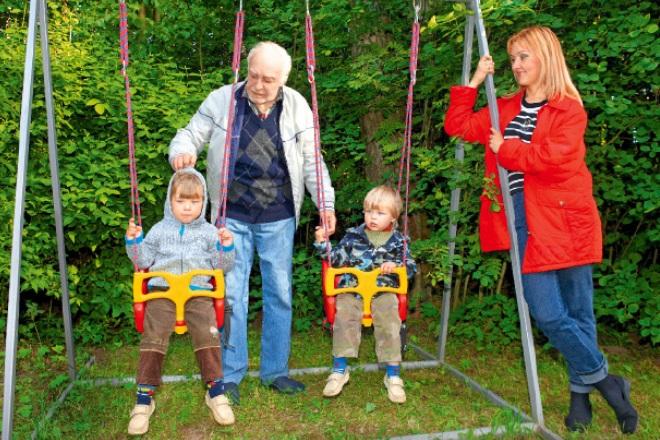 Вячеслав Тихонов с дочерью Анной и внуками