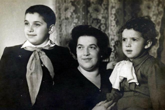 Юлий Гусман в детстве с мамой и братом