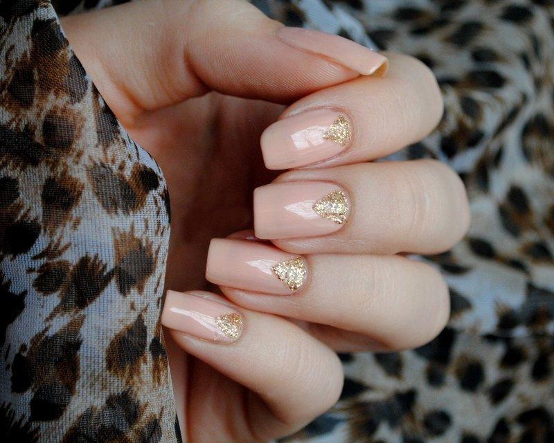 Нюдовый маникюр с треугольными золотыми лунками