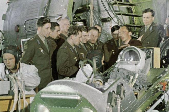 Группа подготовки космонавтов знакомится с космической техникой. 1960 год