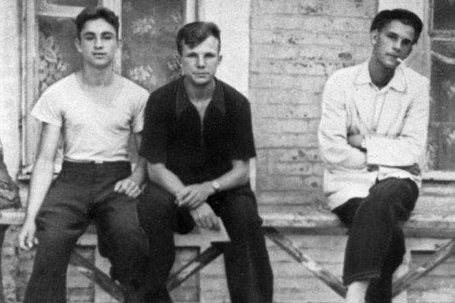 Юрий Гагарин (в центре) - учащийся Саратовского индустриального техникума с друзьями. 1953 год