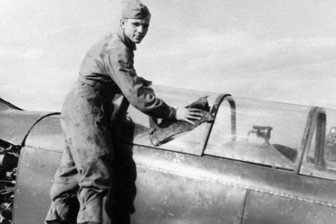 Юрий Гагарин протирает свой самолет в аэроклубе ДОСААФ города Саратова. 1954 год