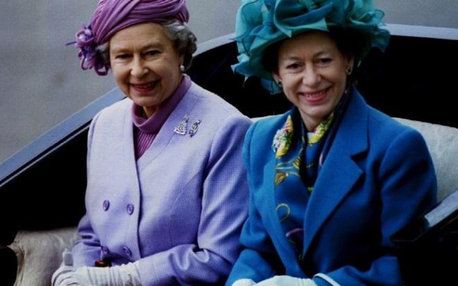 Елизавета II с сестрой Маргарет