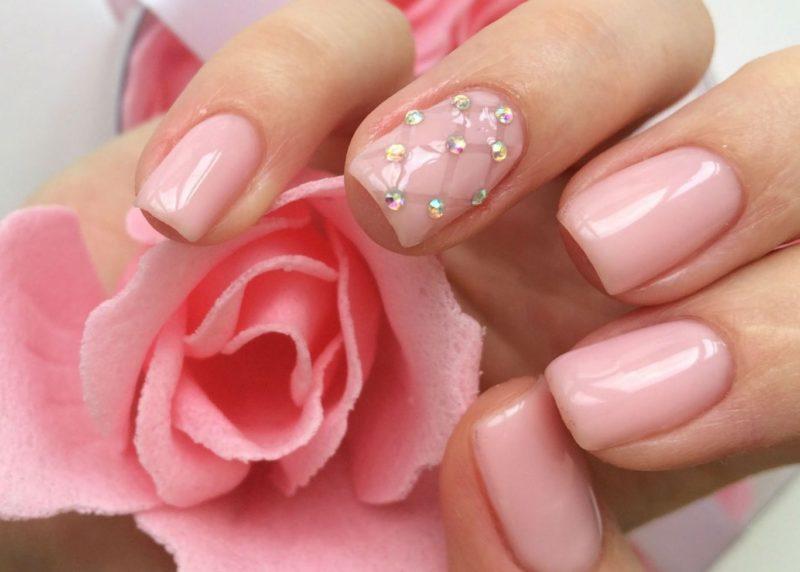Модный розовый маникюр со стразами