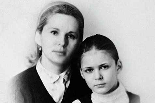 Алена Яковлева в детстве и ее мама
