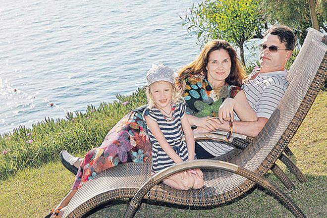 Евгений Дятлов с женой Юлией Джербиновой и дочкой