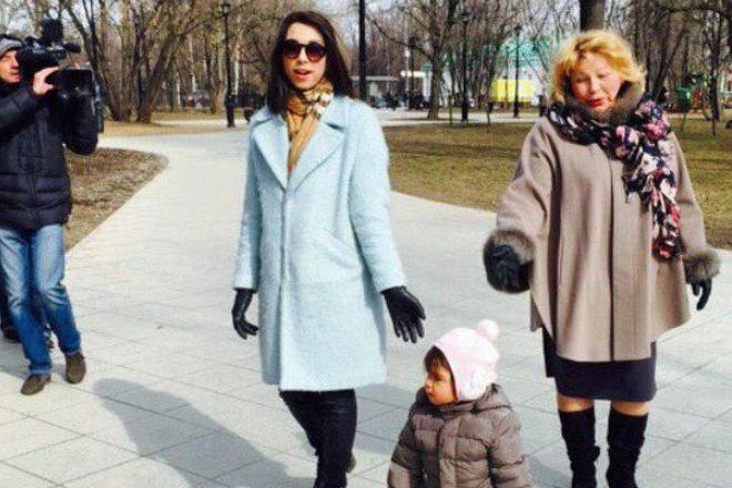 Елена Драпеко с дочерью и внучкой
