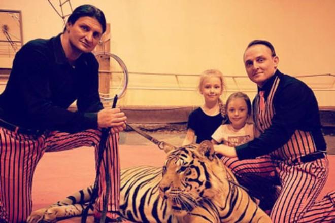 Аскольд Запашный с дочерьми и братом