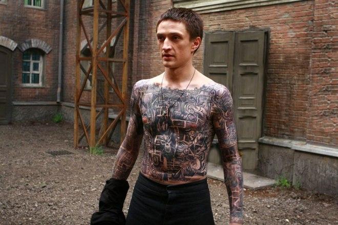 Татуировка Юрия Чурсина в сериале «Побег»