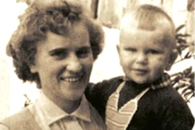 Алексей Гуськов в детстве с мамой