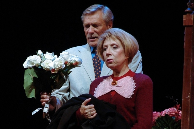 Александр Михайлов и Инна Чурикова в спектакле «Старая дева»