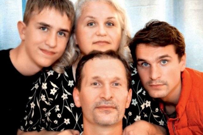 Иван Добронравов с отцом Федором, мамой Ириной и братом Виктором