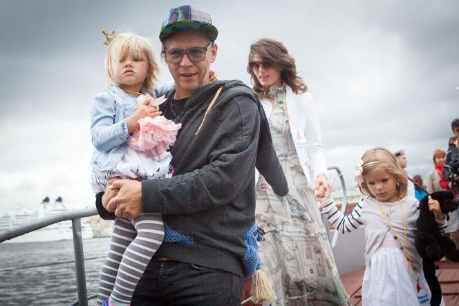 Илья Лагутенко с женой и детьми