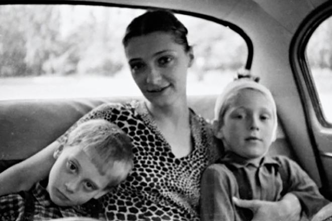 Никита Высоцкий с братом и мамой