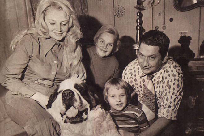 Наталья Кустинская с семьей