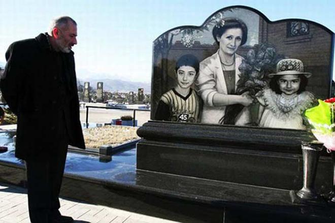 Виталий Калоев у могилы родных