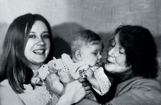 Анна Терехова в детстве с мамой и бабушкой