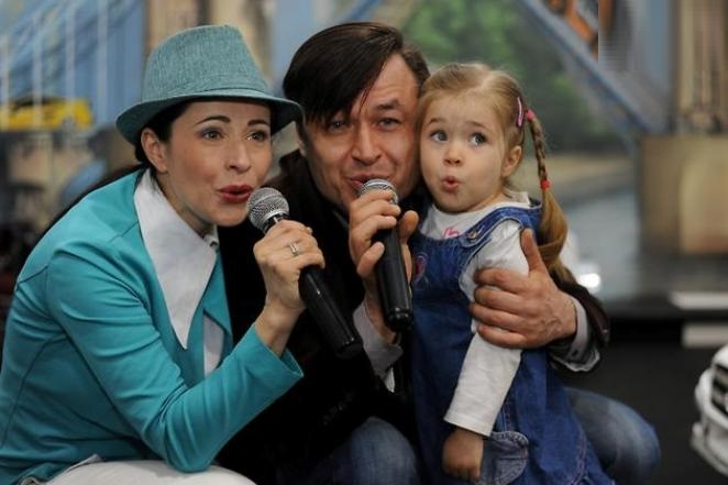 Любовь Тихомирова с мужем и дочерью