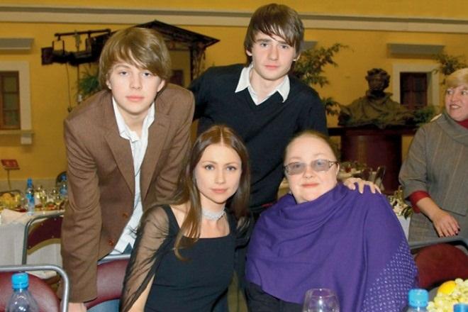 Екатерина Градова с дочерью, сыном и внуком (слева)