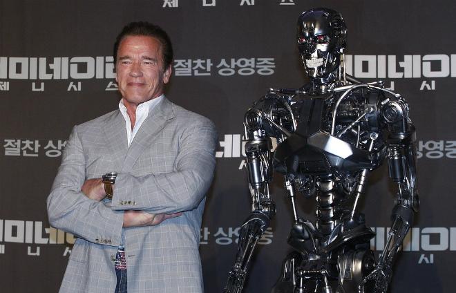 """Арнольд Шварценеггер c моделью робота для фильма """"Терминатор: Генезис"""""""