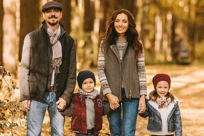 Денис Никифоров с женой и детьми