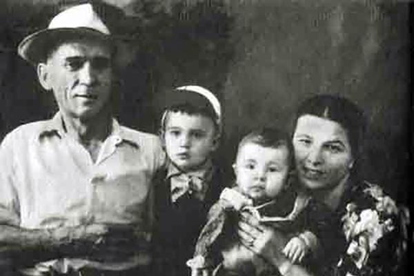 Игорь Тальков с родителями и старшим братом Владимиром