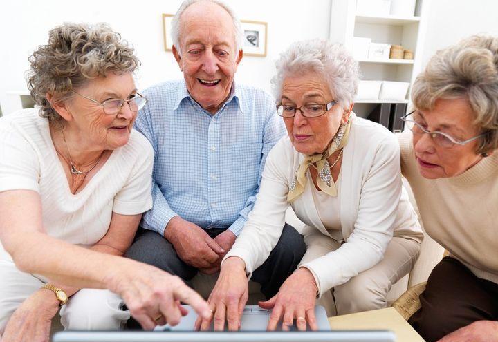 Пенсионеры общаются
