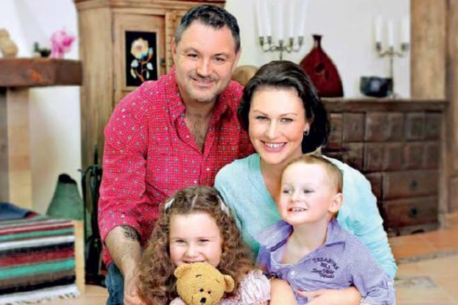 Максим Леонидов с женой и детьми