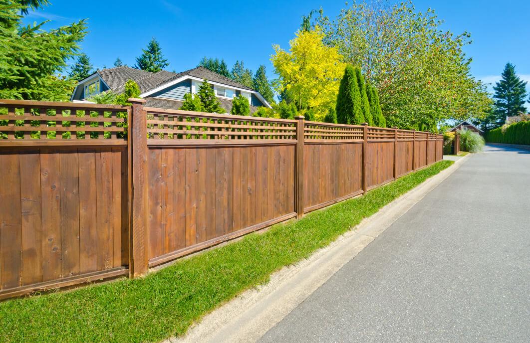 Какое расстояние должно быть между дорогой и забором по нормам СНиП