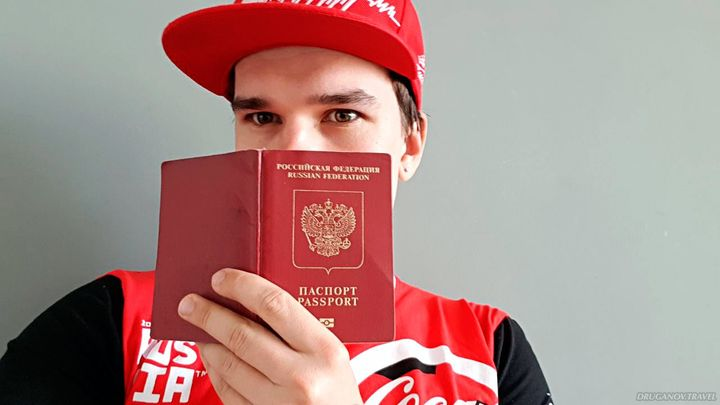 Парень получил загранпаспорт