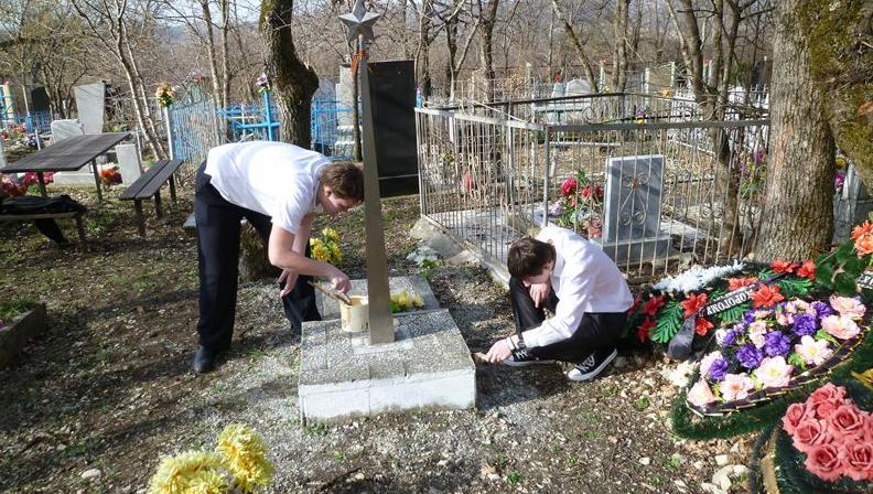 на кладбище в чистый четверг