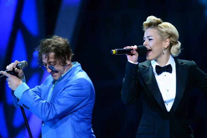 Алина Гросу с Григорием Лепсом на сцене