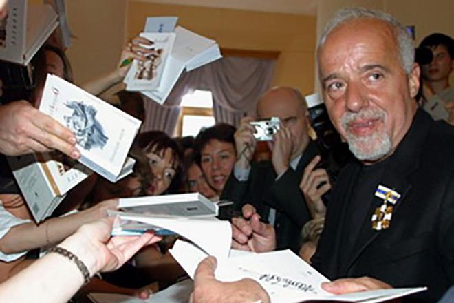 Пауло Коэльо раздает автографы