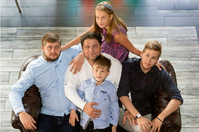 Александр Самойленко с сыновьями Степаном, Александром, Прохором и внучкой Алисой