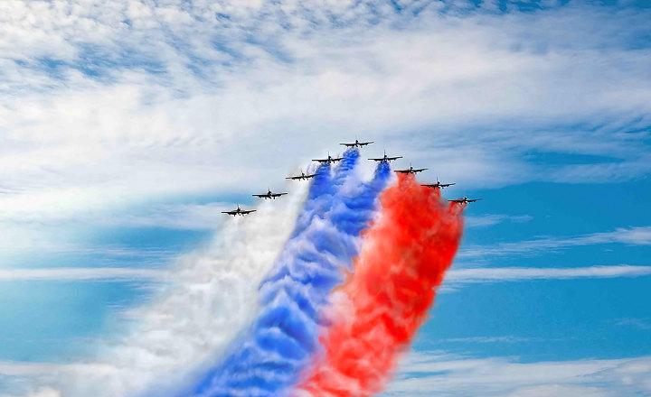 триколор в небе с самолетами