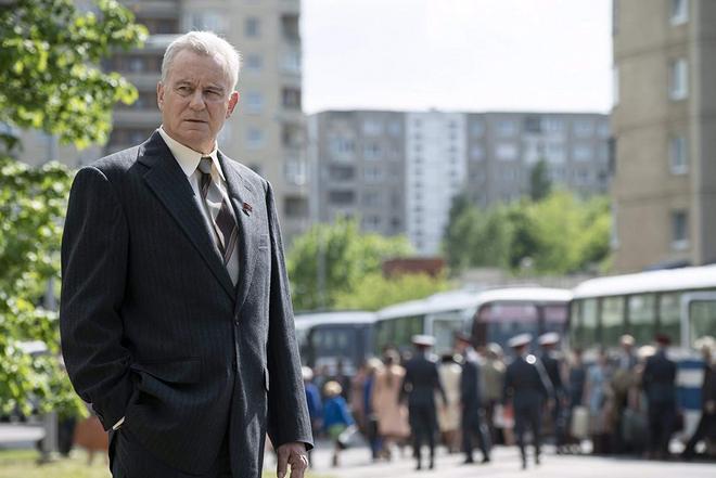 Стеллан Скарскард в роли Бориса Щербины (кадр из сериала «Чернобыль»)
