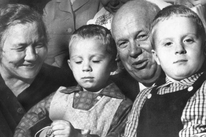 Никита Хрущев со второй женой и внуками