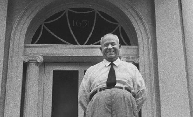 Никита Хрущев на крыльце Блэр-Хауса, гостевой резиденции президента США в Вашингтоне