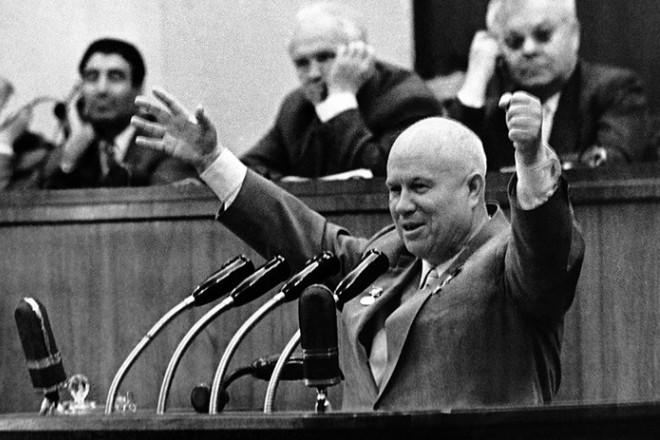 Никита Хрущев на трибуне